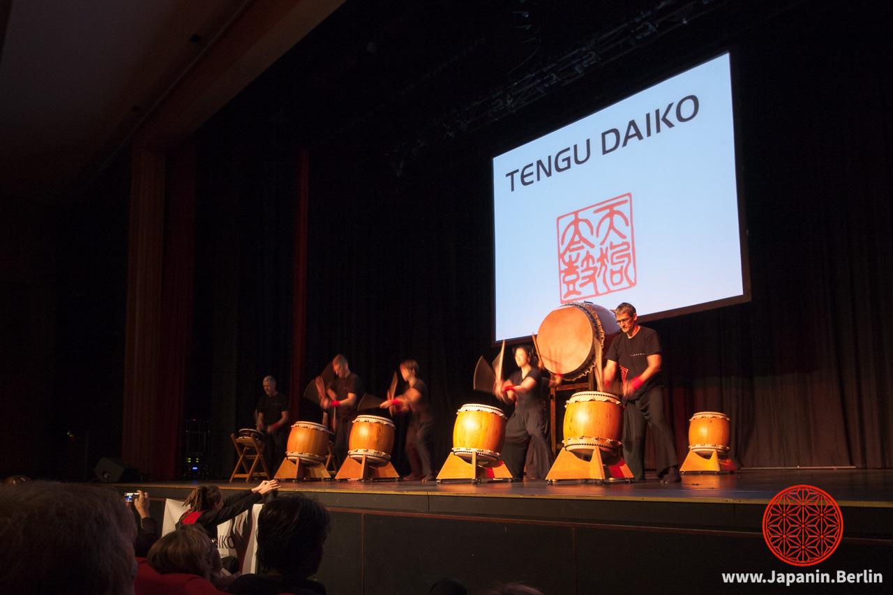 Taiko-Trommel-Performance der Gruppe Tengu Daiko
